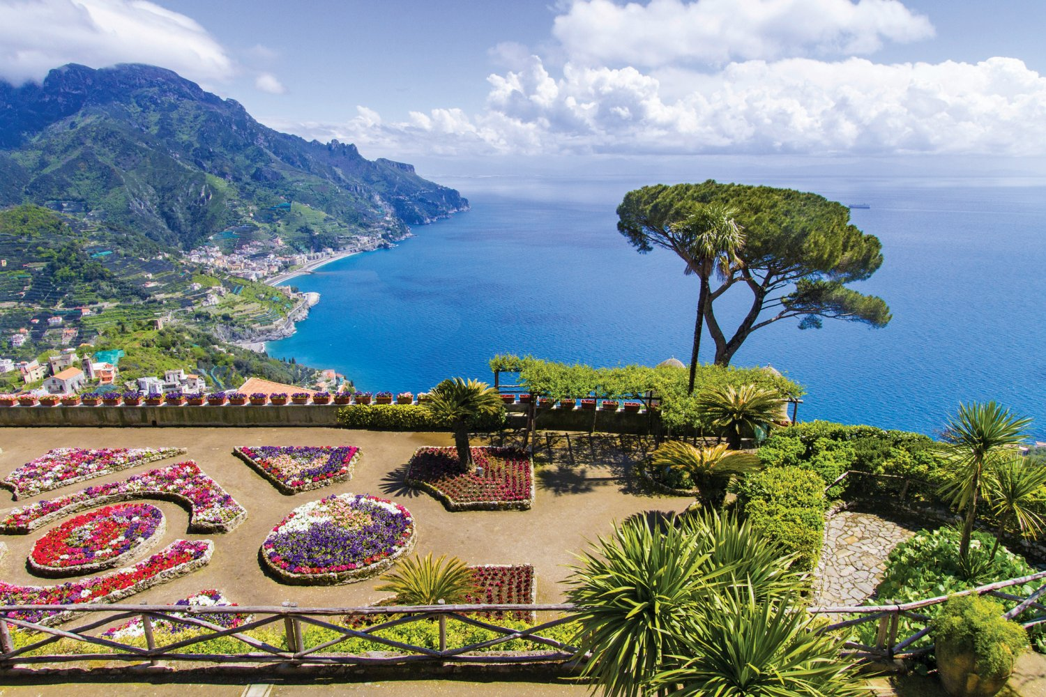 Itview of amalfi coast from clifftop Ravello