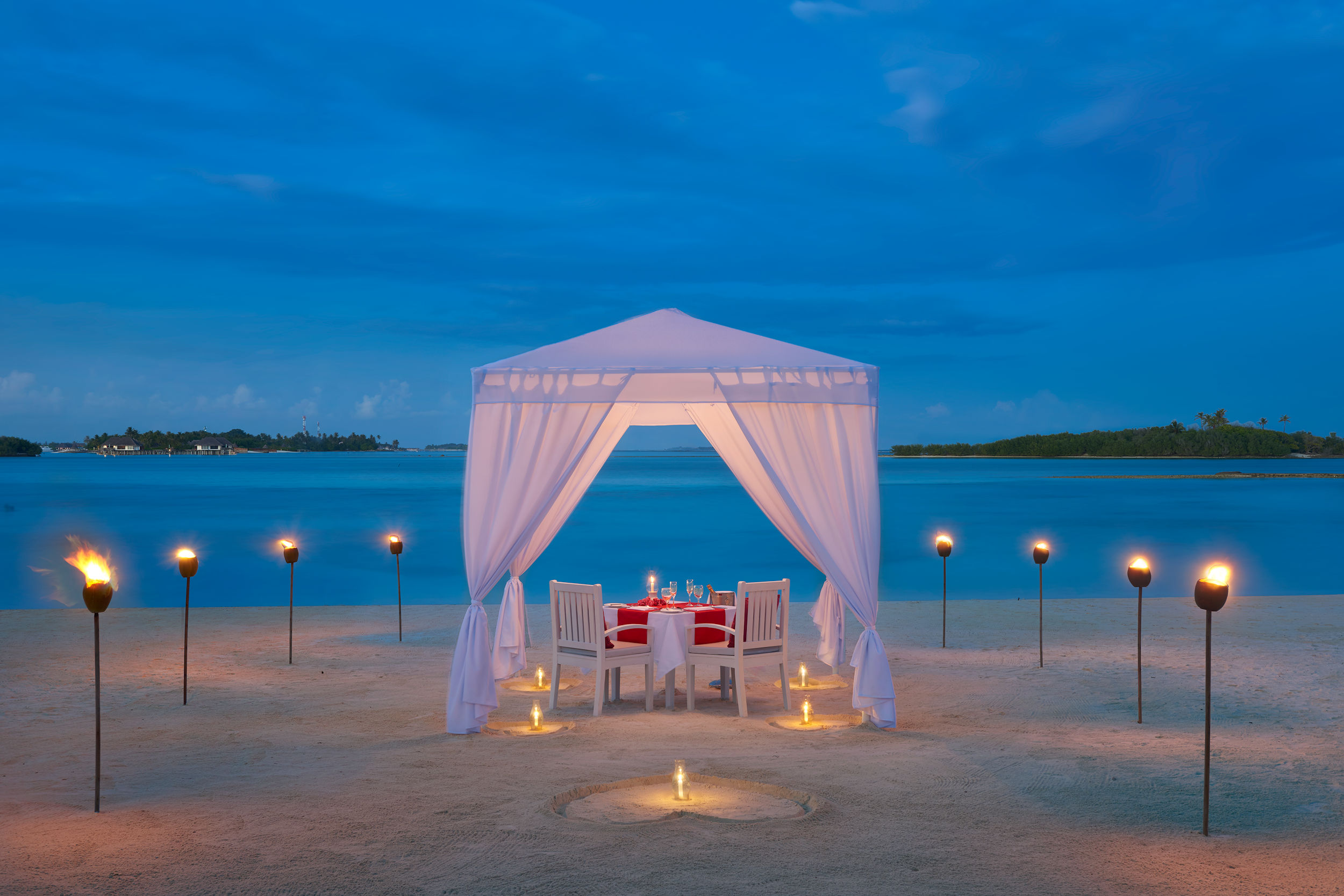 Maldives, Cinnamon Dhonveli-Romantic Dining on beach